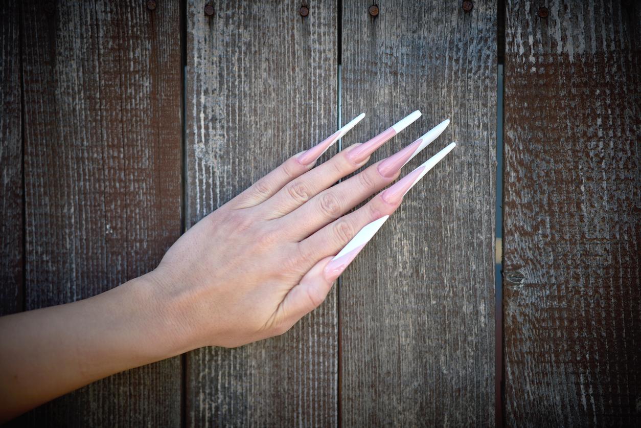 <p><strong>Най-дългите нокти</strong></p>  <p>През ноември 2014 г. индиецът Шридхар Чилал поставя рекорд за най-дългите нокти на една ръка, като общата им дължина е 909 см.</p>