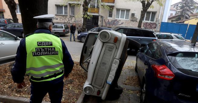 България Шофьор обърна кола, за да си освободи място за