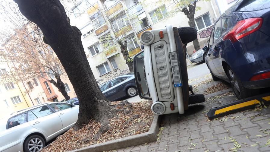 Шофьор обърна кола, за да си освободи място...