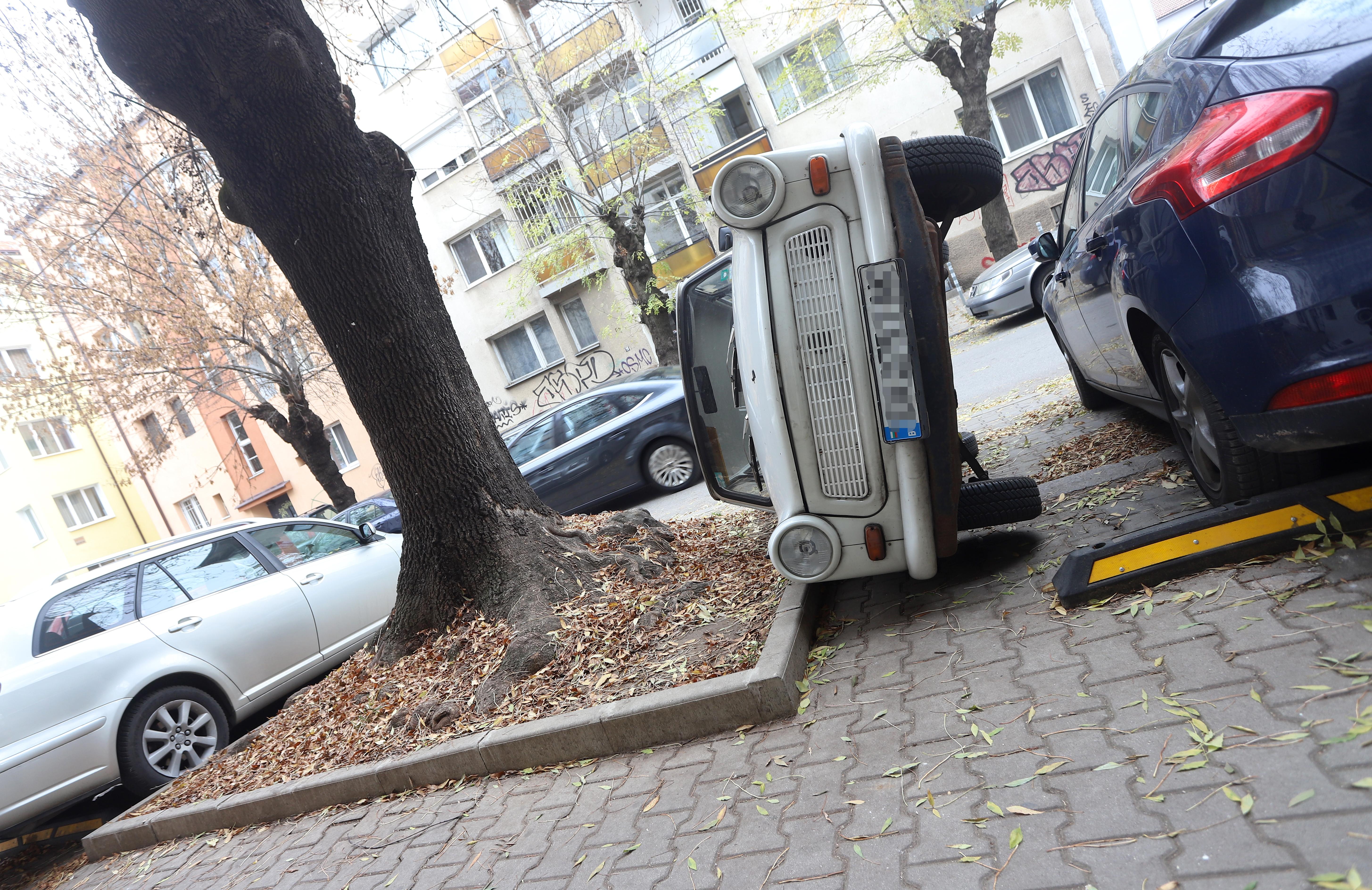 """Шофьор обърна кола, за да си освободи място за паркиране на ул. """"Любен Каравелов"""" в София."""