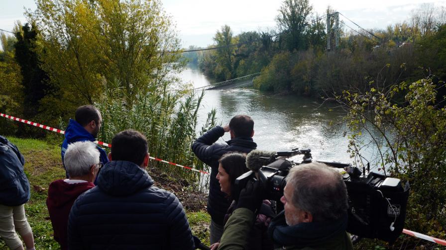 Мост във Франция се срути, дете загина