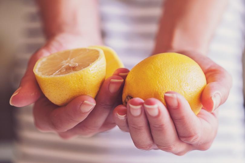 <p><strong>Освежете хладилника си</strong><br /> <br /> Отстранява миризмите в хладилника с лекота. Изцедете малко лимонов сок на топче от памук или върху гъба и оставете за няколко часа в хладилника. Важно е да не забравите да изхвърлите продуктите, от които може да идва миризмата.</p>