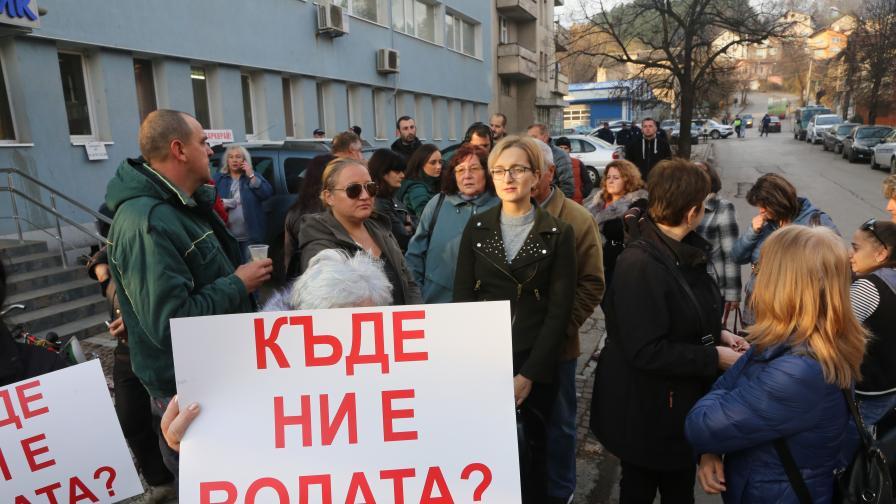 <p>Перник на протест, Аврамова отговаря за водната криза</p>