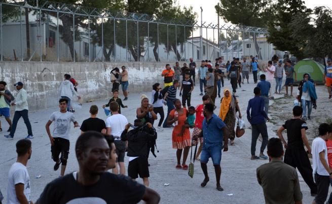 Гърция закрива трите най-големи мигрантски лагери на островите
