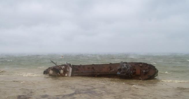 Свят Буря обърна танкер в Черно море Трима членове на