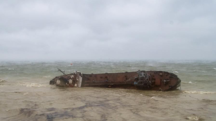 Буря обърна танкер в Черно море