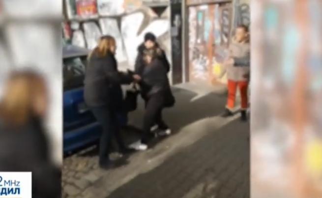Бой между контрольори и пътничка в София - жена хапе, рита, чупи