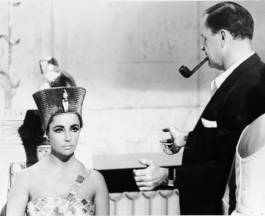 <p><strong>Клеопатра и бижутата</strong></p>  <p>В най-популярната продукция, разказваща за живота на египетската владетелка, от 1963 г. с участието на Елизабет Тейлър надникваме в света на Клеопатра, който обаче се оказва не толкова достоверен. Клеопатра управлявала Египет по време на едни сравнително бедни времена. Освен това египтяните винаги са били скромни и елегантни по отношение на стила си на обличане. Златото и огромните бижута и пищни дрехи, които виждаме във филма, не са това, което е отговаряло на реалността.</p>