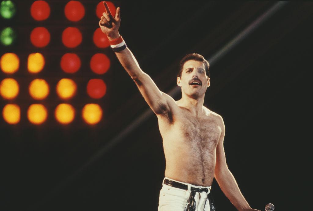 <p><strong>&bdquo;Бохемска рапсодия&rdquo;</strong></p>  <p>Филмът, който разказва историята на култовата рок група Queen, завършва с фантастичния концерт Live Aid, на който бандата взима участие. Според сюжета на продукцията по това време, през 1985 г., Фреди Меркюри вече знае, че е болен от СПИН. Това обаче не съвпада с действителността, тъй като изпълнителят научава, че страда от СПИН две години по-късно.</p>