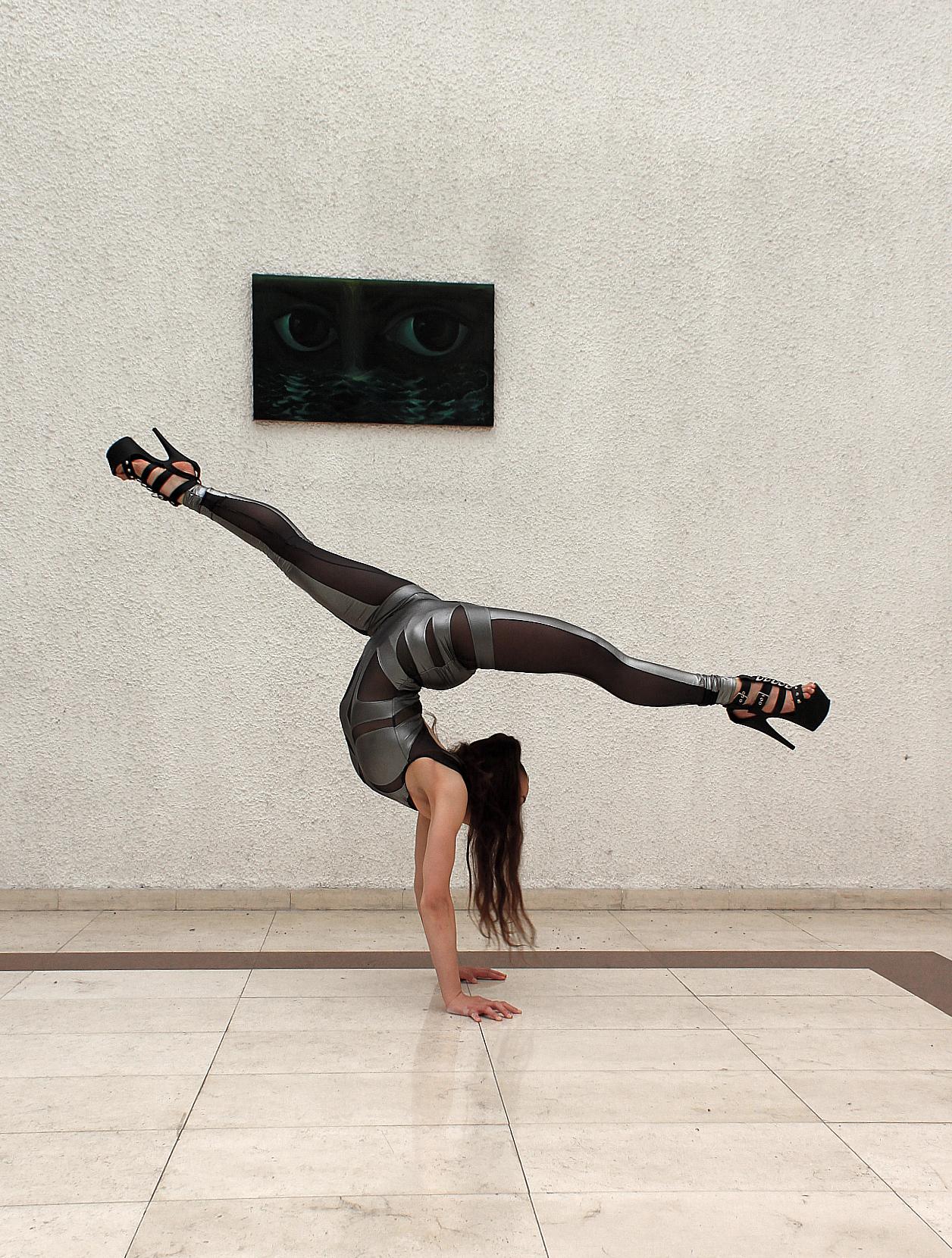 <p>През годините младата танцьорка тренира усърдно и постигах това, към което се стреми. Има редица национални, европейски, световни титли.&nbsp;</p>