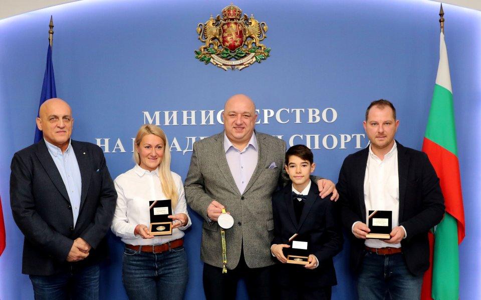 Министър Кралев отличи картинг състезатели