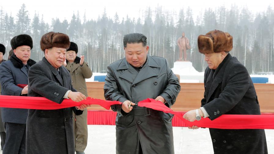 <p>Ким Чен-ун откри град, &bdquo;въплъщение на<strong> модерната цивилизация&rdquo;</strong></p>