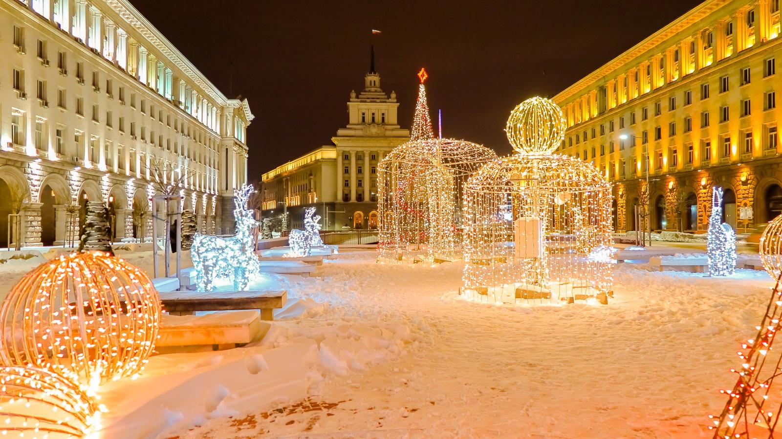 <p>На 27 декември почитаме паметта на св. Стефан. Това е третият и последен ден на Коледа, на който празнуват всички, носещи имената Стефан, Стефана, Стефка, Стоян, Стоянка, Станка, Стойчо, Стоимен, Стоичко, Цоньо, Запрян, Цонка.&nbsp;Според традицията днес се &quot;затваря кръгът&quot;&nbsp;на старата година.</p>