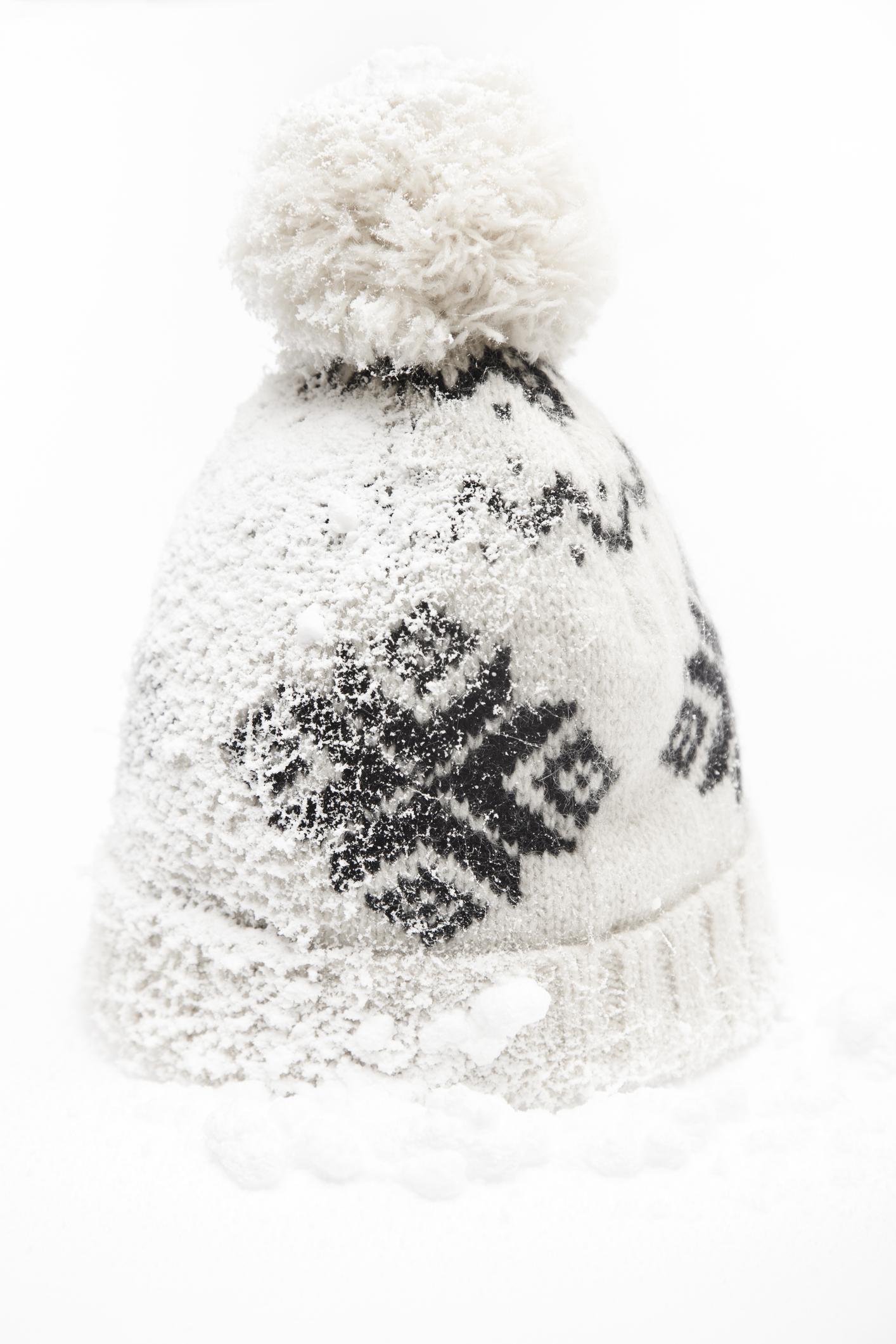 <p>Шапка или ушанки, за студените зимни дни</p>  <p>Колкото и банално да звучи, никога не бихте сбъркали с шапката. Тя влиза в употреба на всеки, особено ако навън се сипе бял и пухкав снежец. С подаръка си със сигурност ще покажете загриженост, любов и ще внесете топлина през зимата на някой от най-близките ви хора.</p>