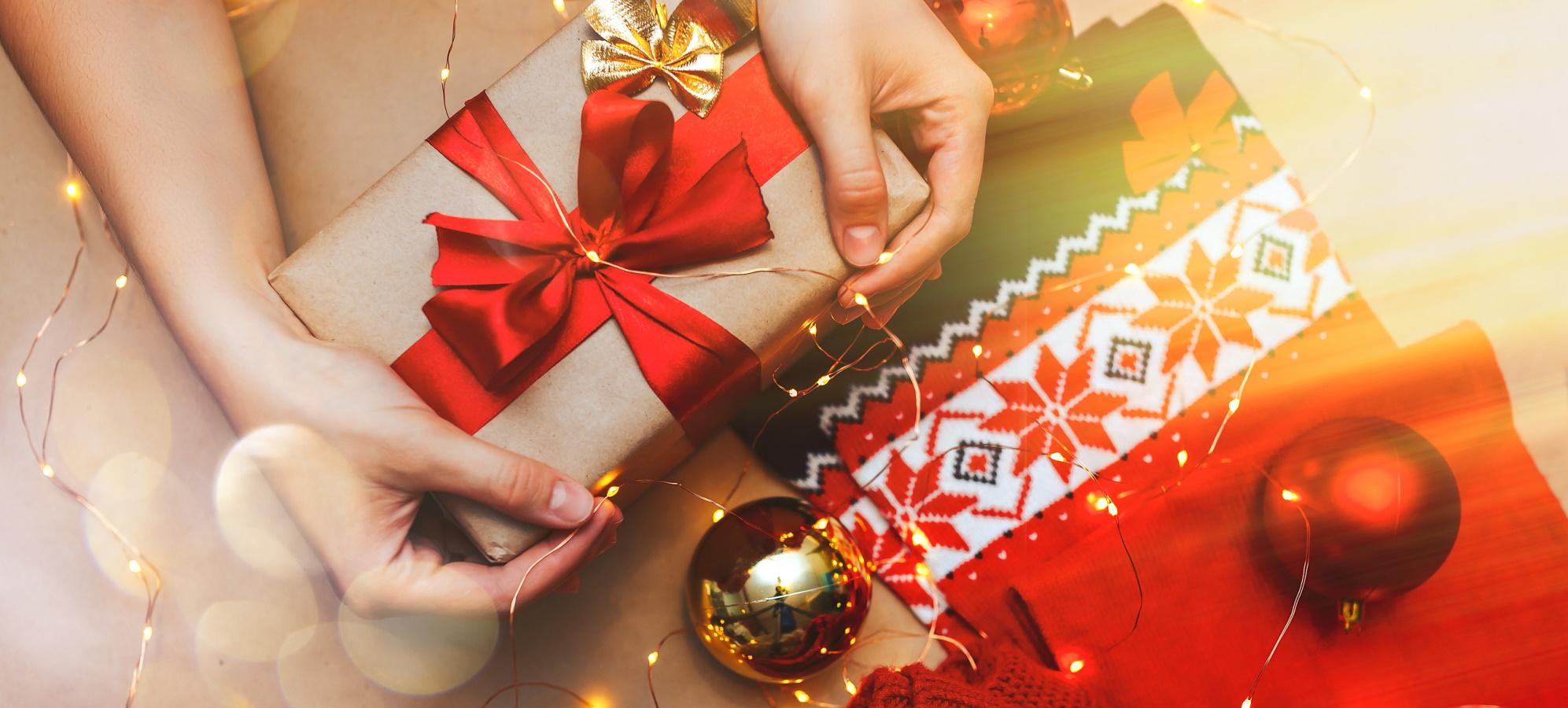 <p>Коледните празници изискват от нас десетки идеи за подаръци, заради които много често забравяме за себе си. Как да зарадваме себе си, докато избираме подарък за близките, вижте в 10 идеи за подаръци, които да вземете и за себе си.</p>