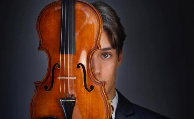 Този млад български цигулар печели награда след награда