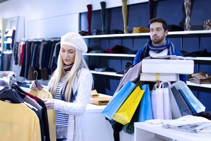 <p><b>Имаш дрехи в гардероба, които са все още с етикета</b></p>  <p>Нямаме предвид дреха, която някой ти е подарил, а ти не харесваш. Това са онези дрехи, който ти сама си купила, но си забравила изобщо, че ги имаш.</p>  <p><b>&nbsp;</b></p>