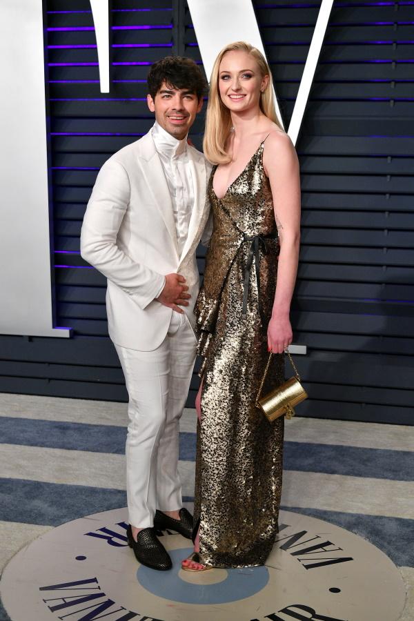 <p>Софи Търнър и Джо Джонас сключиха брак в Лас Вегас на 1 май, преди да организират официалната си церемония на 29 юни 2019 г., която събра семейството и приятелите им във Франция.</p>