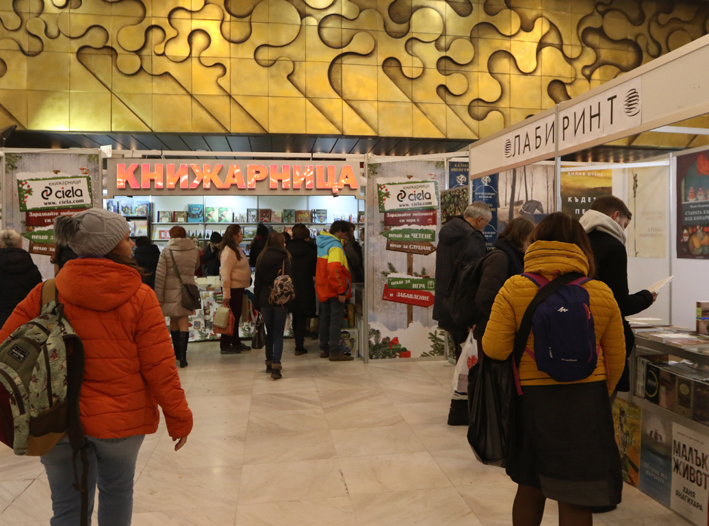 <p>В дните между вторник и неделя включително любимото и очаквано събитие от културния афиш на столицата - Софийски международен панаир на книгата очаква всички приятели на книгите с над 160 книгоиздатели и книгоразпространители от България и чужбина, а още от първия ден на изложението публиката я очакват вълнуващи литературни срещи на сцената на културната програма на ет. 4 на НДК, западно крило, с премиери на най-новите книжни заглавия у нас; срещи с десетки автори, издатели и преводачи; детски и юношески събития; срещи с автори на щандовете на издателствата; седмото издание на Софийски международен литературен фестивал.</p>