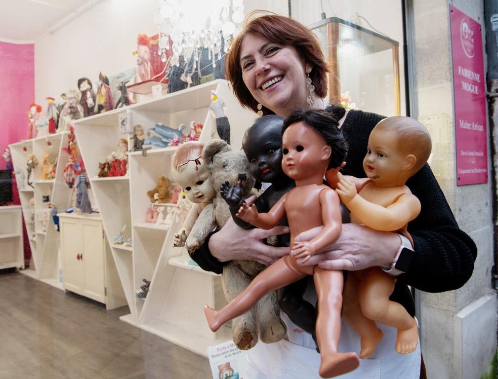 <p>Десетки кукли, плюшени мечета и играчки чакат да бъдат поправени от официалня &quot;Maitre Artisan&quot; (запален майстор занаятчия) Фабиен Мог в нейната работилница, създадена през 1998 г.</p>