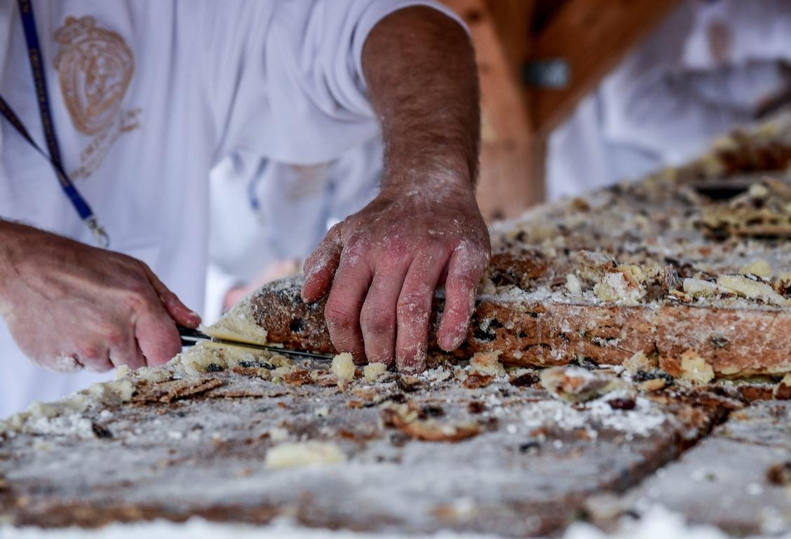 <p>За фестивала членовете на асоциацията Stollen изпекаха над 200 тави от сладкиша, които след това се сглобяват до един гигантски.</p>