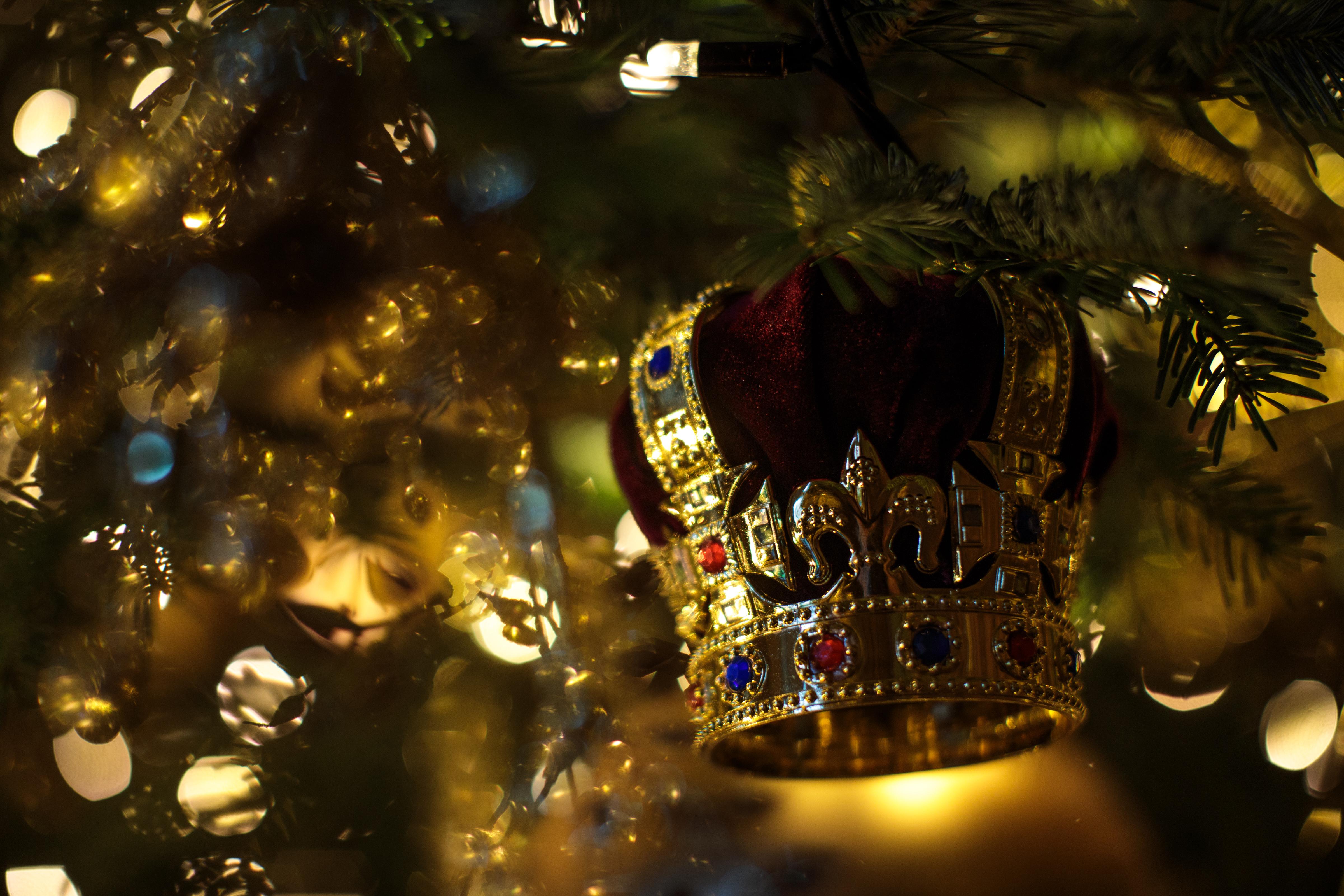 <p><strong>6. Коледното меню рядко се променя</strong></p>  <p>Според Луиз Кулинг кралицата, принц Филип и техните роднини са също като всяко друго семейство и предпочитат традиционната пуйка за коледна вечеря. Популярността на печената пуйка нараства в края на 19-ти век, защото е била любимо ястие на бъдещия крал Едуард VII.</p>