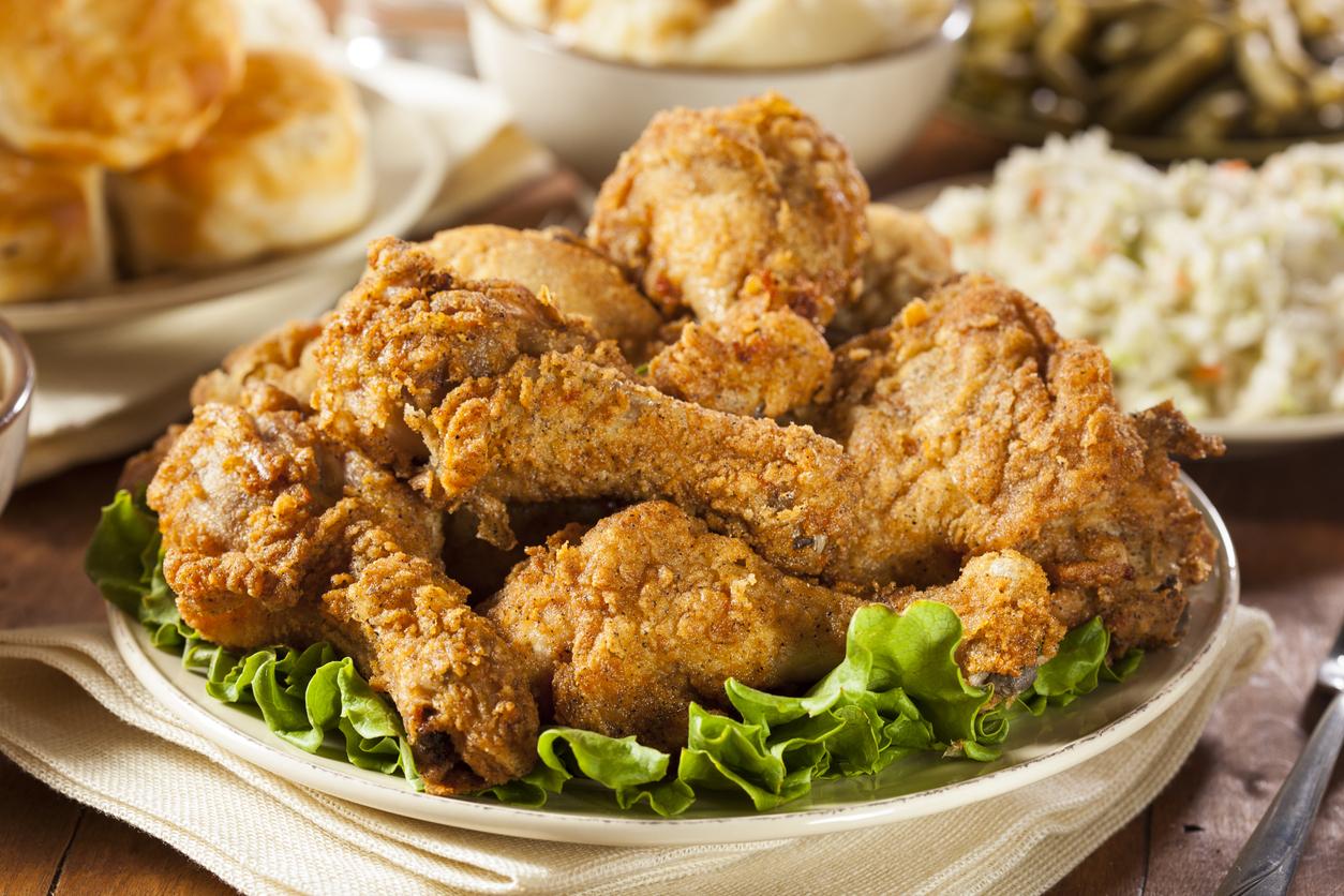 <p><strong>Япония</strong></p>  <p>По Коледа в Япония идва време за пърженото пиле &ndash; а KFC отбелязва един от най-натоварените сезони, пише &bdquo;Индипендънт&ldquo;. Традицията започва през 1974 г., когато марката&nbsp; създава рекламна кампания, наречена &bdquo;Кентъки за Коледа&ldquo; и тя става много популярна. Повечето семейства трябва да отправят коледните си поръчки седмици предварително, за да си осигурят пържените пилешки ястия. Освен това коледната трапеза предвижда и ягодов сладкиш, както и саке &ndash; традиционна японска алкохолна напитка.&nbsp;</p>