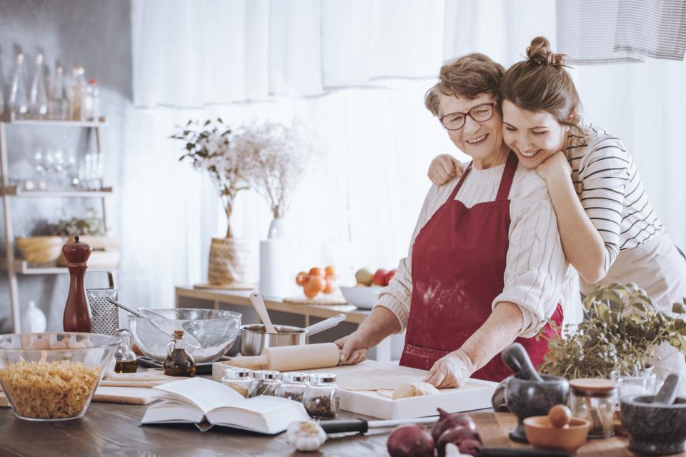 жени майка дъщеря баба кухня готвене коледа