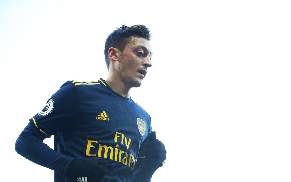 Полузащитникът на Арсенал Месут Йозил бе премахнат от китайската версия