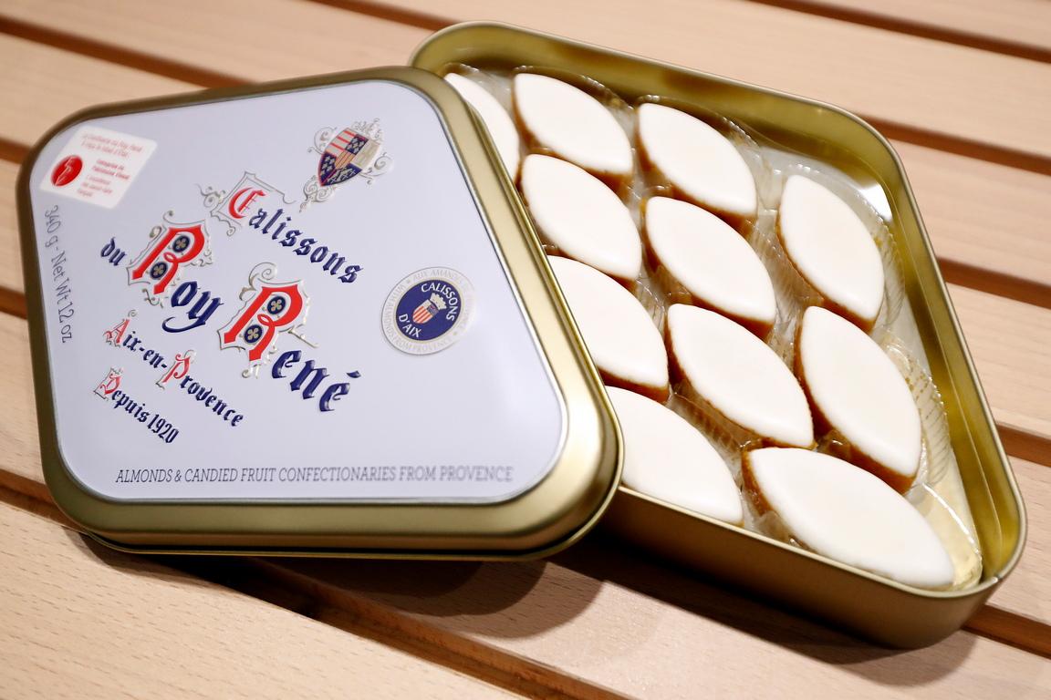 <p>Рецептата, по която френските майстори сладкари приготвят Калисони е призната за кулинарно наследство и остава непроменена до днес.</p>