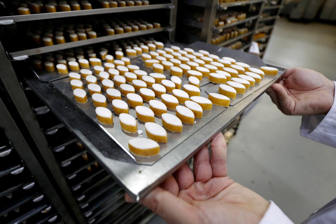 <p>Сладкарят приготвил малки сладкишчета в красива форма. Когато кралицата ги опитала, най-после се усмихнала. Така сладкарят поставил началото на Калисоните.</p>