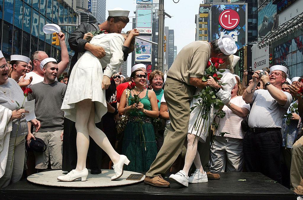 <p><strong>Джордж Мендонса</strong></p>  <p>Морякът и ветеран от Втората световна война Джордж Мендонса, познат от емблематичната снимка &quot;Целувка на Таймс Скуеър&quot;, почина тази година малко преди 96-ия си рожден ден.</p>