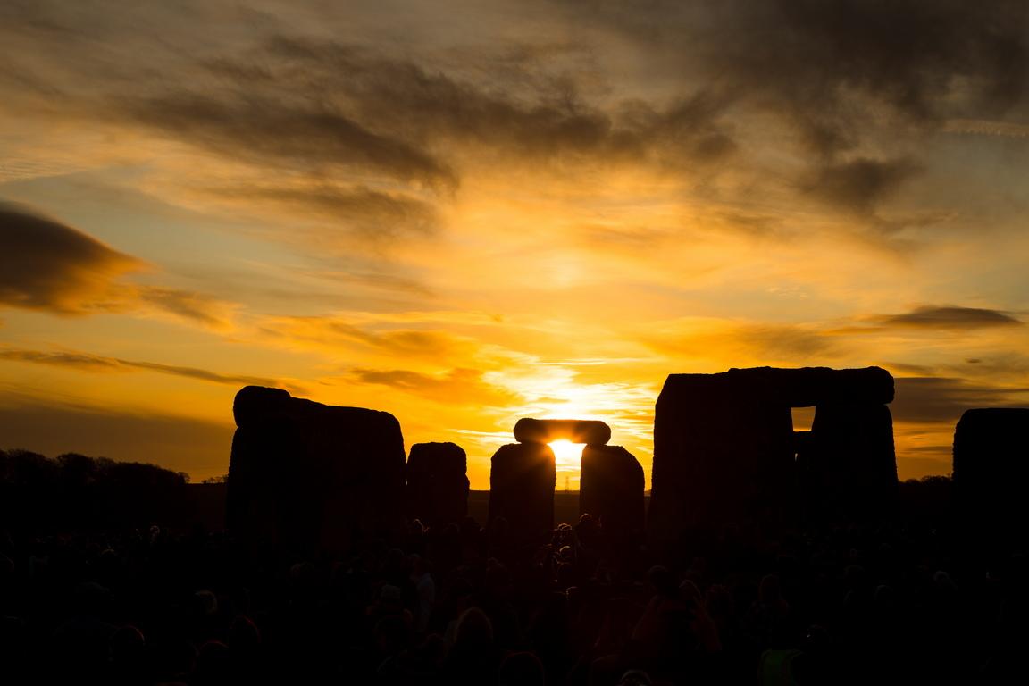<p>Хиляди хора се събраха край кръга от масивни камъни в Стоунхендж, Великобритания, за да отбележат деня на зимното слънцестоене и да посрещнат изгрева след най-дългата нощ в годината</p>