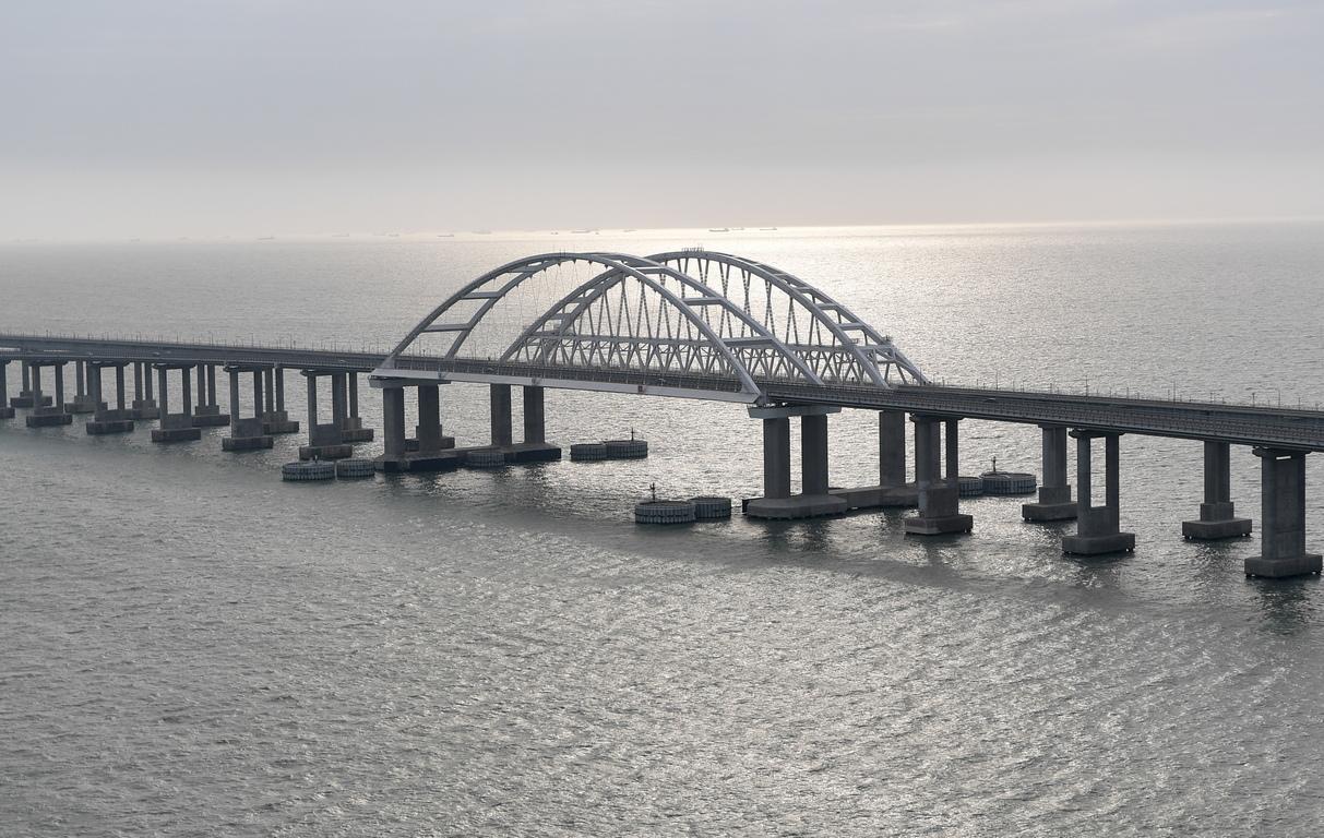 <p>Кримският мост, през който ще пътува влакът, е най-дългият мост, който Русия някога е изграждала и е един от най-дългите мостове в Европа.</p>