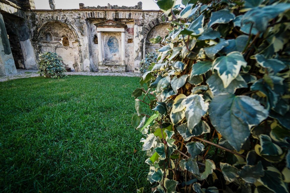 <p>Изглед към Casa dell`Ancora, част от новия зелен маршрут в реставрираните градини на древния дом в Археологическия парк на Помпей, Неапол, Италия.</p>