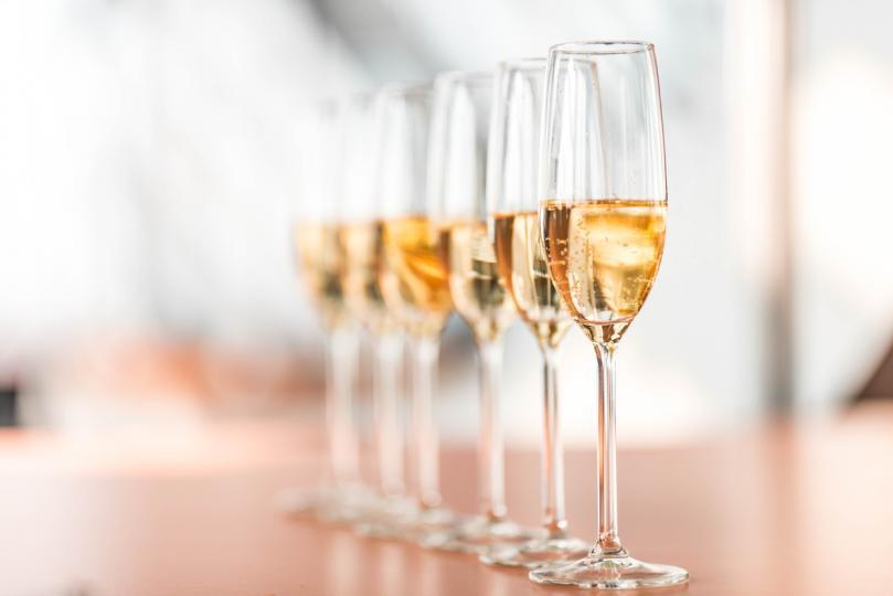 <p><strong>Правилната чаша</strong></p>  <p>Има различни видове чаши за шампанско и обикновено хората ги избират според <strong>естестетическия си вкус</strong>. Най-популярните са т.нар чаша тип флейта, която често ползваме и за бяло вино.</p>  <p><strong>Другият популярен вид</strong>, с който се правят и прословутите пирамиди от шампанско, са широки чаши с ниско столче.</p>  <p><strong>Третият е чаша тип &bdquo;лале&ldquo;</strong>. Тя е с малко по-широка основа и се стеснява нагоре, точно каквато е формата на цветето.</p>  <p>Тази чаша е и най-подходяща, за да налеете шампанско в нея, защото <strong>позволява на вкуса на напитката</strong> да се разкрие в максимална степен.</p>