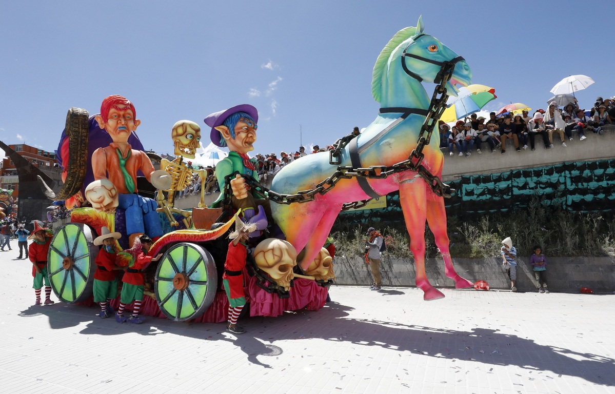 <p>Танцьори и артисти се разхождат по улиците по време на Големия парад на Карнавала на черно-белите, в Сан Хуан де Пасто, Колумбия.</p>