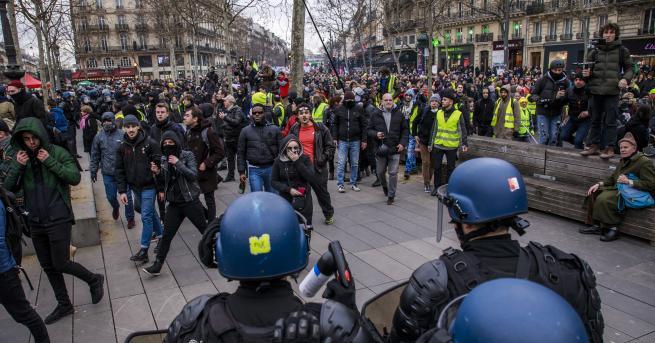 Свят Отново хаос във Франция, нови стачки застрашават и въздушния