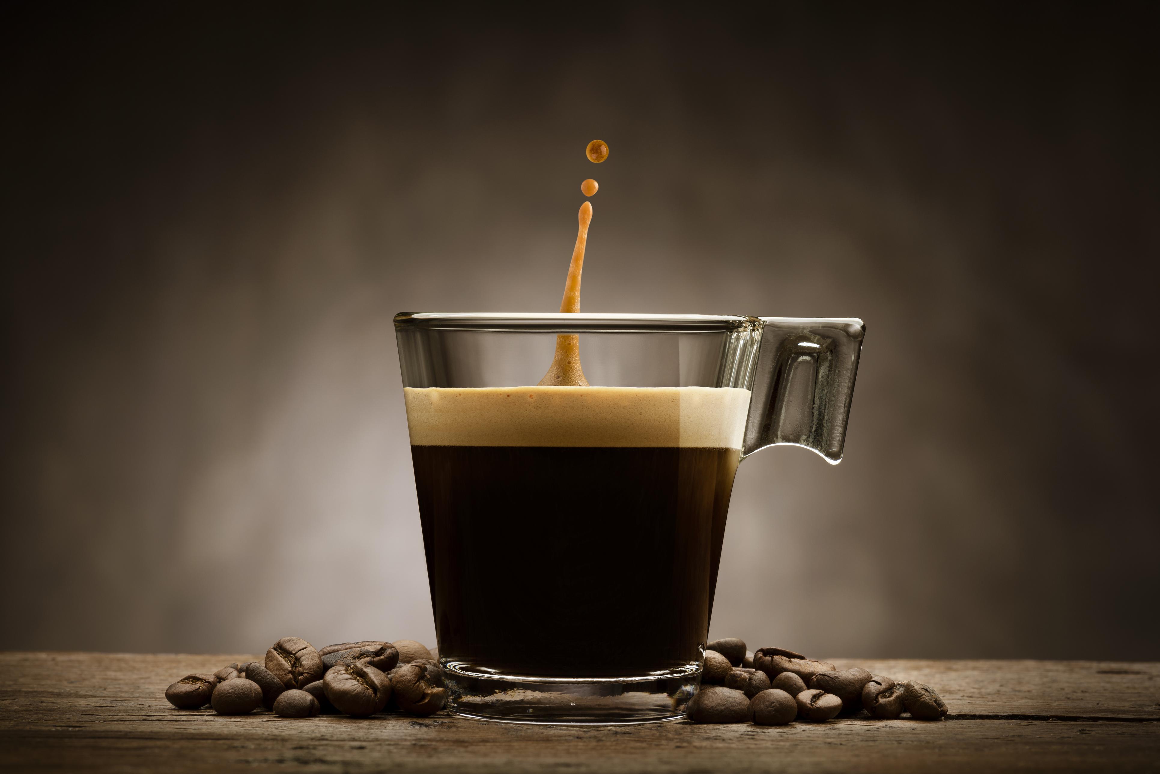 <p><strong>Кафе</strong></p>  <p>Една чаша кафе съдържа близо 500 милиграма кофеин. На повечето от нас ни е известно, че кофеинът може да повлияе на нервната система, като предизвика неспокойство. Експерти предупреждават, че кофеинът по време на полет може да доведе до главоболие и мускулни крампи.</p>