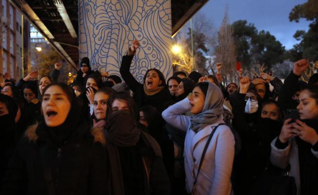 Нови бунтове раздират Иран
