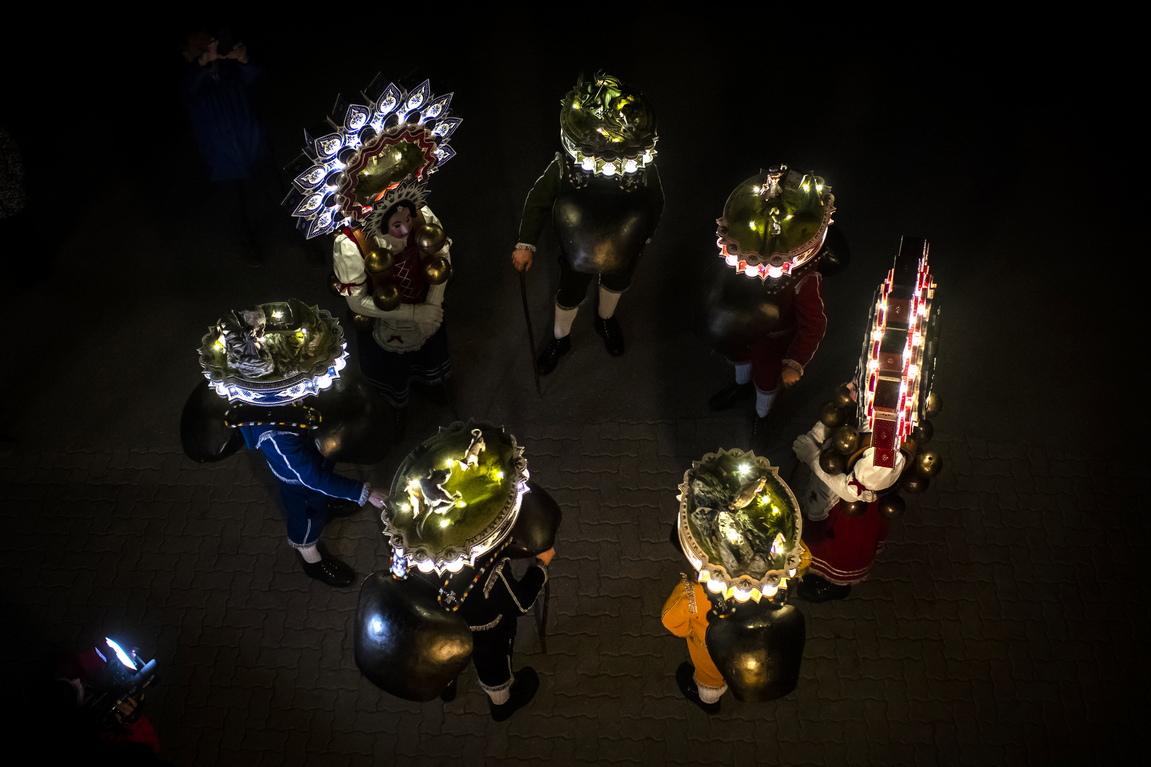 <p>Швейцарските Силвестерклаус се подготвят да гонят злите сили в Хундвил, Швейцария. Те отправят най-добрите си пожелания за Нова година (следвайки юлианския календар) на земеделските производители в региона. След изпълнението на песни и танци, Силвестерклаус получават топли напитки.</p>