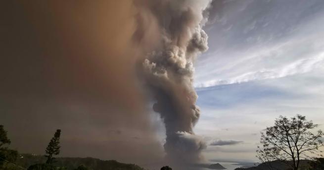 Любопитно Двойка сключи брак в близост до изригващ вулкан Двойката