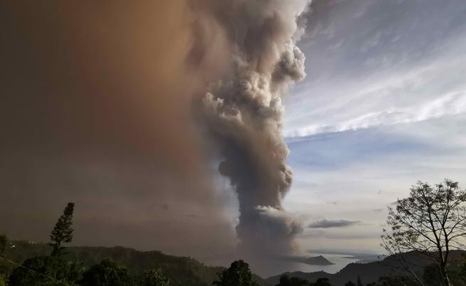 Двойка сключи брак в близост до изригващ вулкан