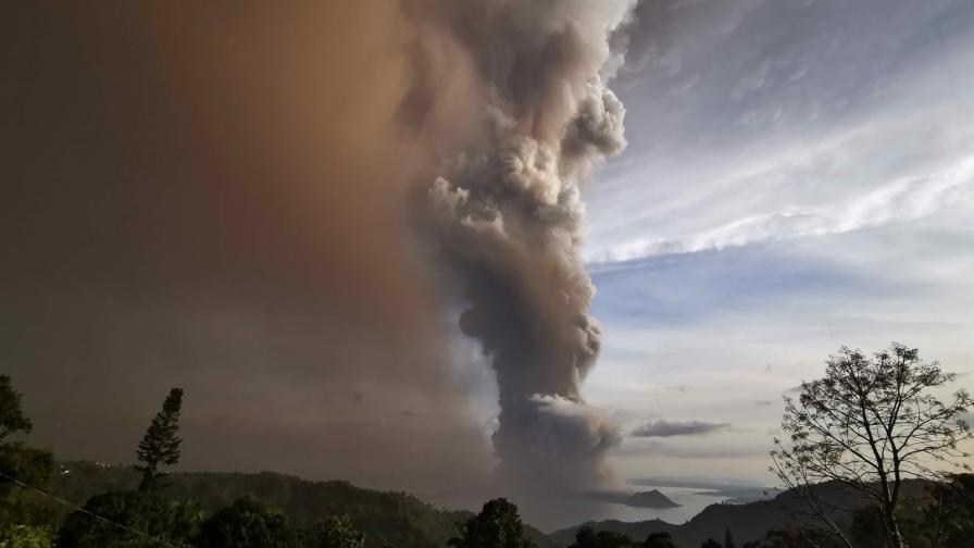 <p>&nbsp;Двойка <strong>сключи брак</strong> в близост до <strong>изригващ вулкан</strong></p>