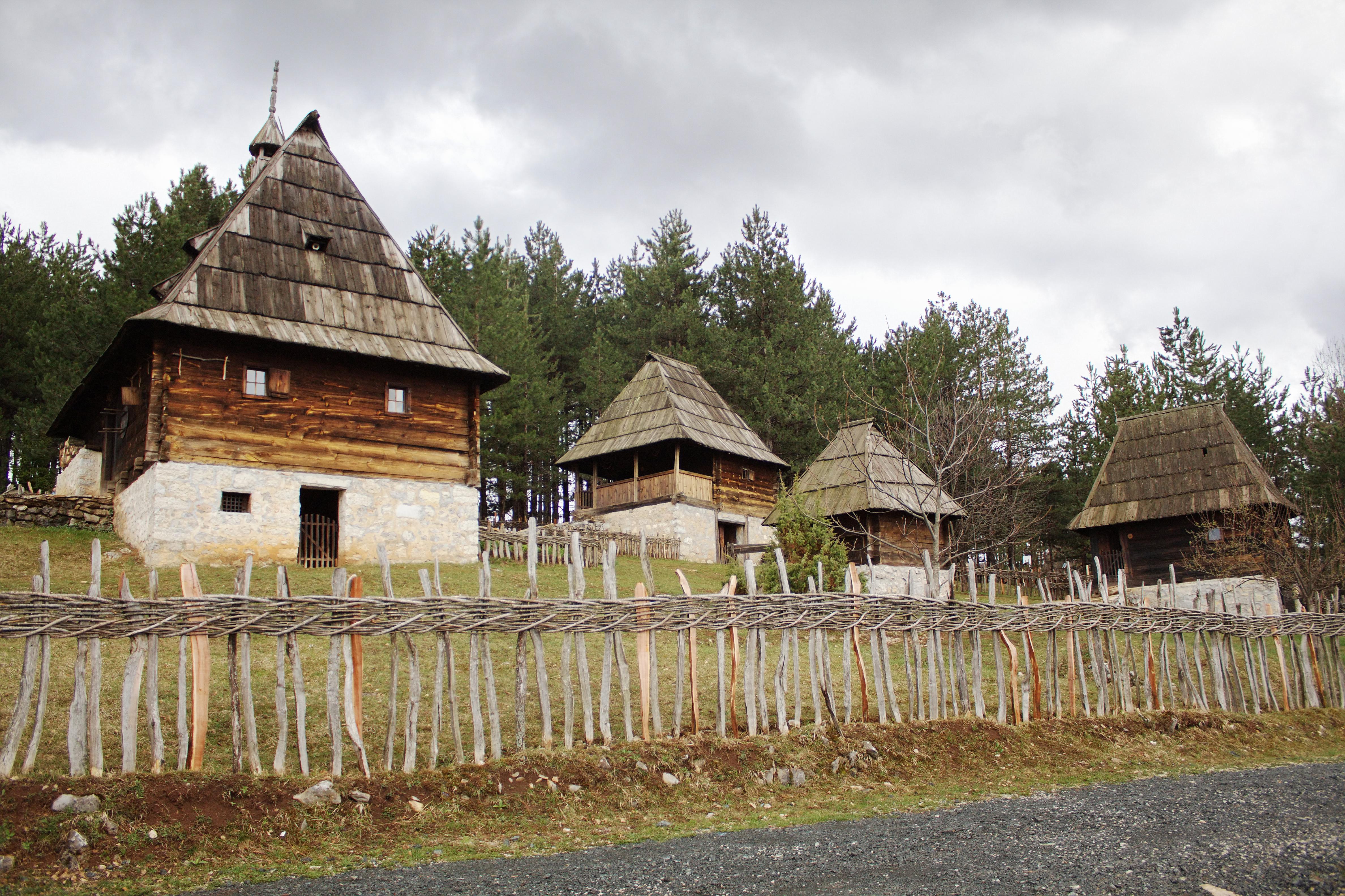 <p>Сирогойно е етно село в Западна Сърбия, с музей на открито.</p>