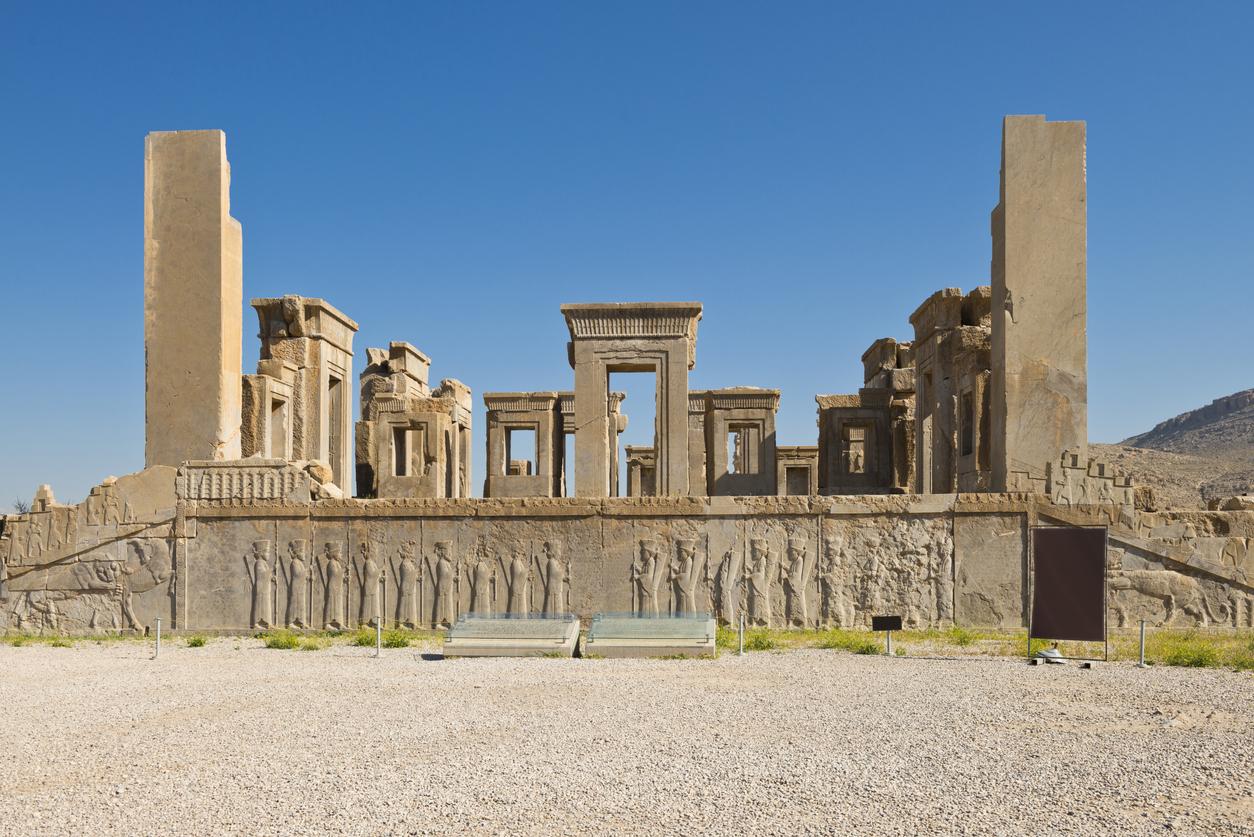 <p><strong>Персеполис</strong></p>  <p>Персеполис&nbsp;е една от столиците на Персийската империя по времето на Ахеменидите. През 330 г. преди новата ера градът е завладян от Александър Македонски и впоследствие унищожен от пожар. Днес останките от древната столица са една от най-завладяващите туристически дестинации.&nbsp;</p>