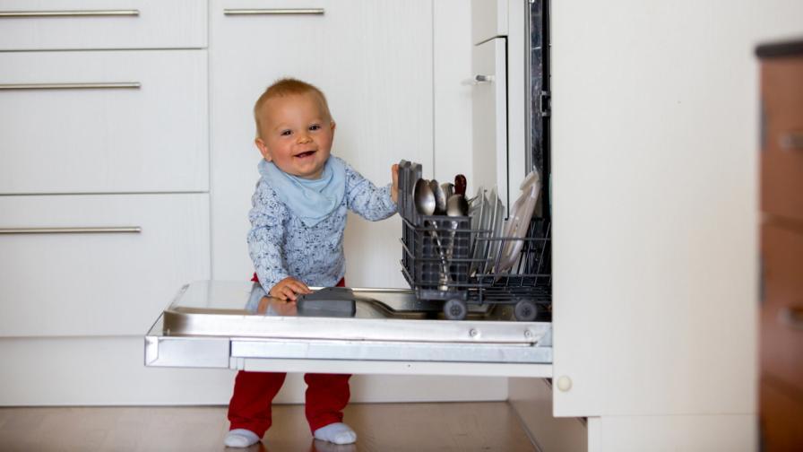 <p>Баба накара <strong>9-месечно бебе</strong> да измие <strong>чиниите </strong>(ВИДЕО)</p>