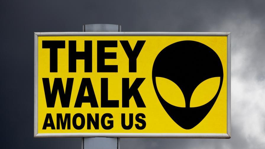 <p>Възможно ли е <strong>невидими</strong> <strong>извънземни </strong>да съществуват сред нас?</p>