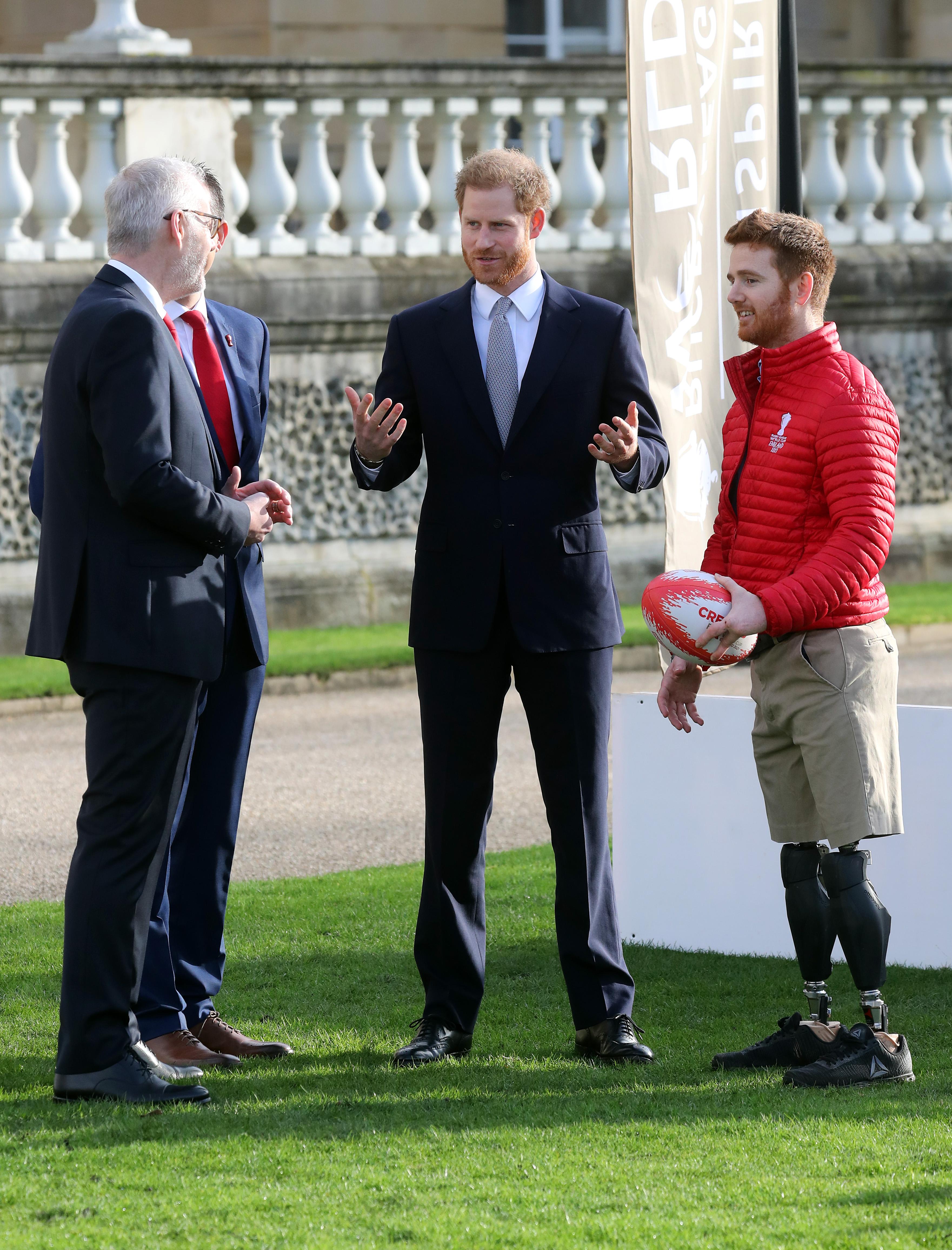 <p>Принцът наблюдава как деца играят ръгби на моравата в Бъкингамския дворец, преди да изтегли жребия за Световната купа догодина, в присъствието на спортни деятели. Херцогът на Съсекс не отговори на журналистическите въпроси относно това как вижда своето бъдеще, след разговорите с кралицата, баща му и брат му в понеделник.</p>