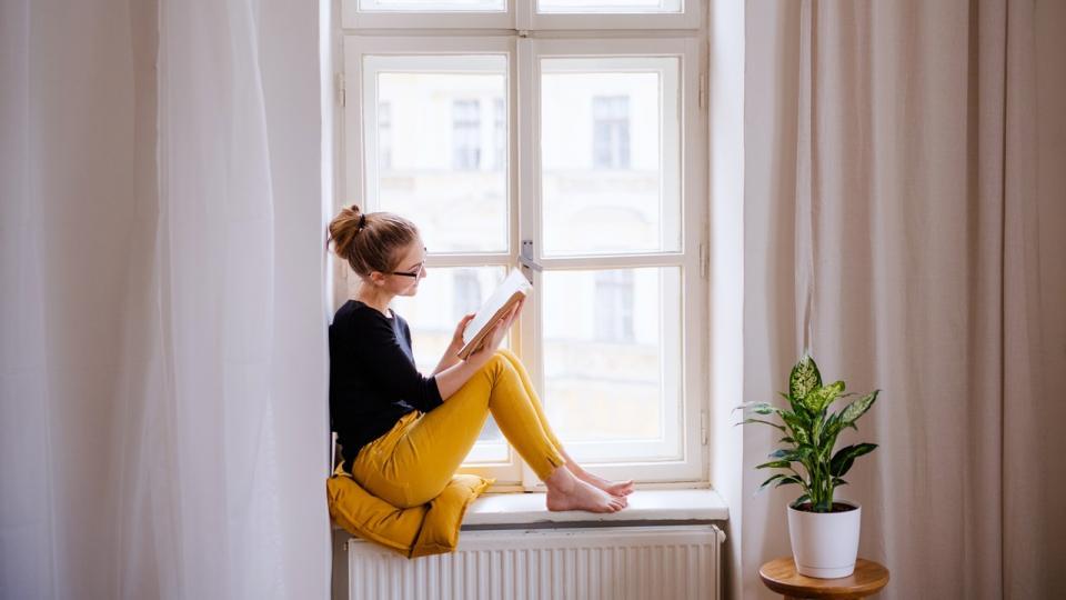 жена книга прозорец четене